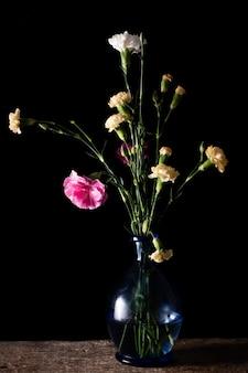 Wysoki kąt kwiat kwiaty na wazonie