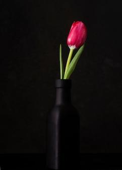 Wysoki kąt kwitnienia tulipan w wazonie