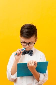 Wysoki kąt ładny chłopiec czytanie