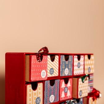 Wysoki kąt ładny kalendarz adwentowy na stole