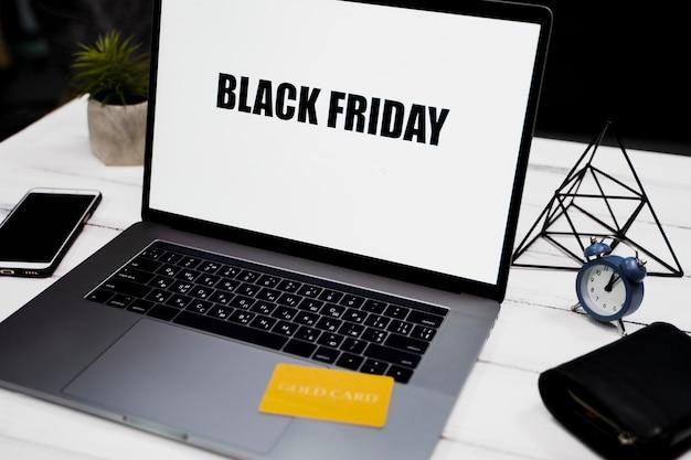 Wysoki kąt laptopa z czarnym piątkiem na pulpicie