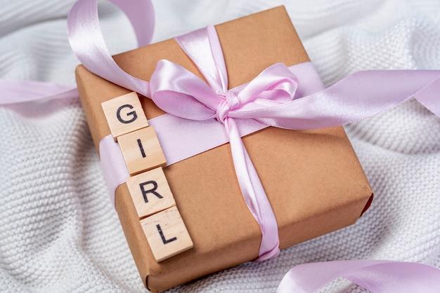 Wysoki kąt małej dziewczynki obecne pudełko