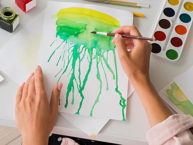 Wysoki kąt malowania artysty akwarelą