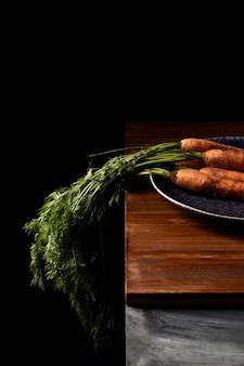Wysoki kąt marchewki na talerzu