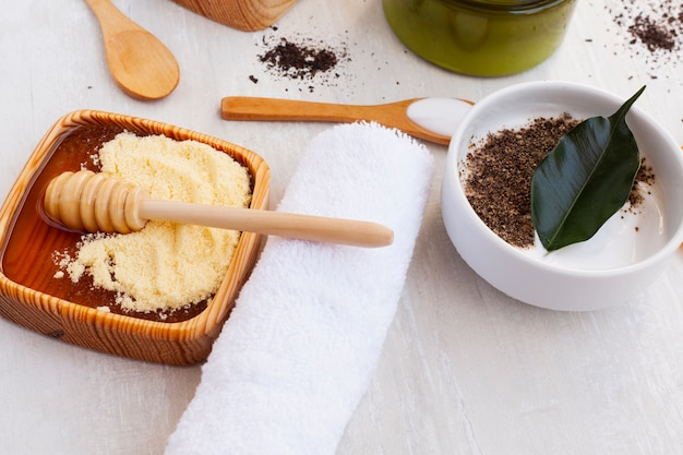 Wysoki kąt masła do ciała na drewniane tła
