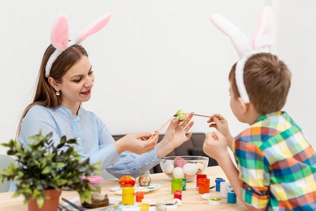 Wysoki kąt matki i syna z uszami królika