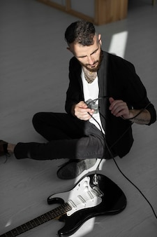 Wysoki kąt męskiego artysty grającego na gitarze elektrycznej