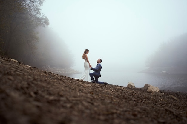 Wysoki kąt męża na kolanach, trzymając żonę za rękę