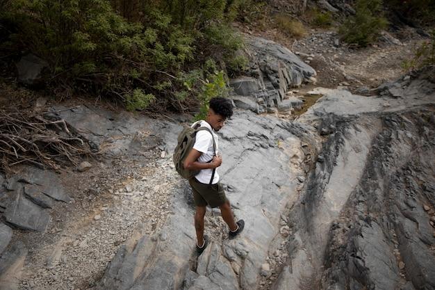 Wysoki kąt mężczyzna podróżujący z plecakiem