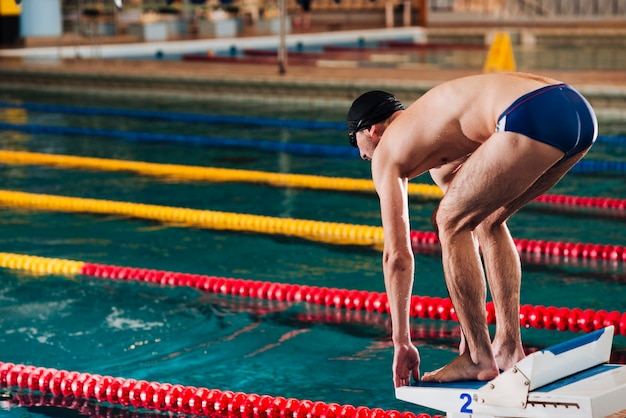 Wysoki kąt mężczyzna przygotowuje się do pływania