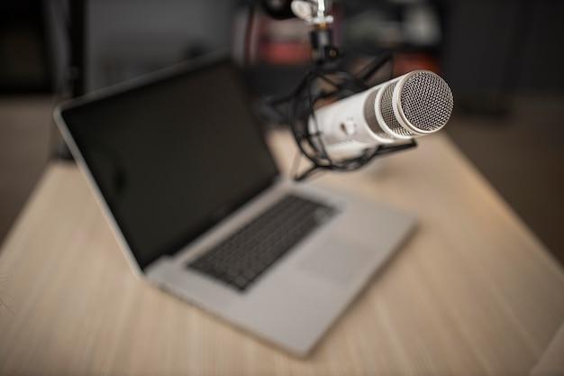 Wysoki kąt mikrofonu radiowego i laptopa