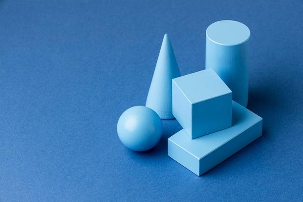 Wysoki kąt minimalistycznych figur geometrycznych z miejscem na kopię