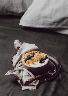 Wysoki kąt miski śniadaniowej ze zbóż i jagodami