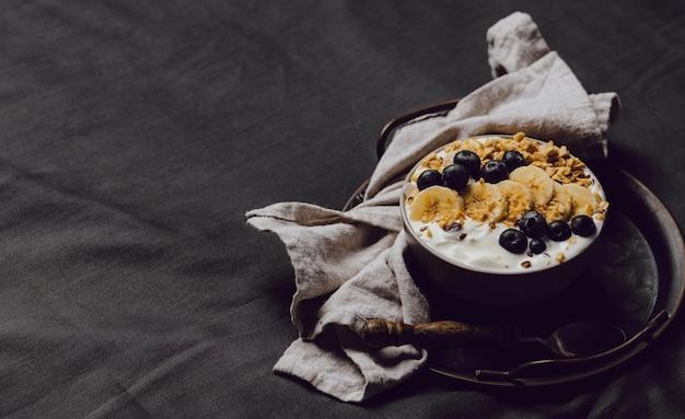 Wysoki kąt miski śniadaniowej ze zbóż i miejsca na kopię
