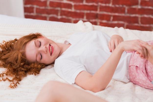 Wysoki kąt młoda kobieta w łóżku