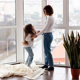 Wysoki kąt młoda mama z córką