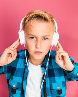 Wysoki kąt młody chłopak ze słuchawkami