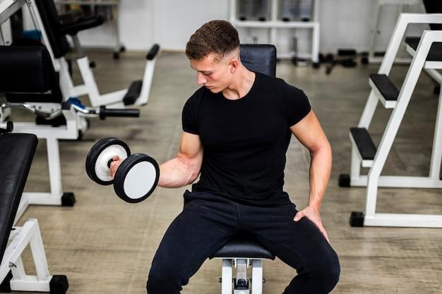 Wysoki kąt młody człowiek broni treningu