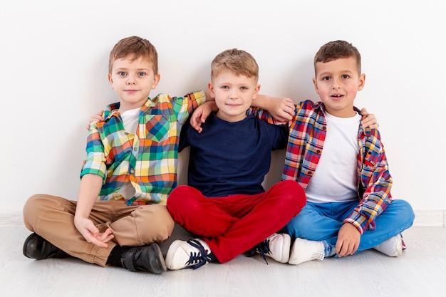 Wysoki kąt młodych chłopców w dzień książki