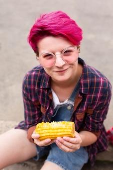 Wysoki kąt nastolatek gospodarstwa kukurydzy