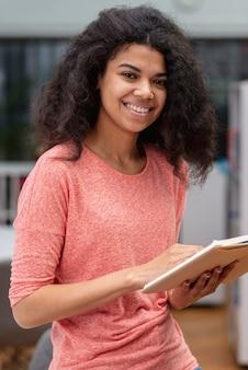 Wysoki kąt nastolatka czytania
