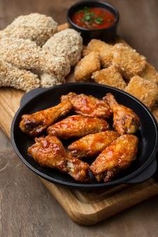 Wysoki kąt odmiany smażonego kurczaka z sosem