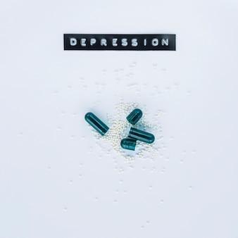 Wysoki kąt otwartych kapsuł z etykietą depresji