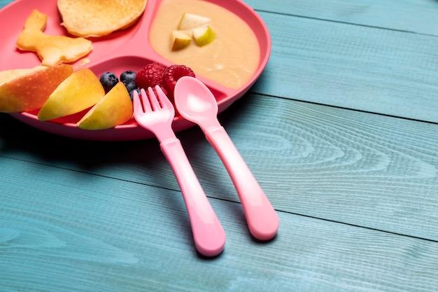 Wysoki kąt owoców dziecka na talerzu z owocami