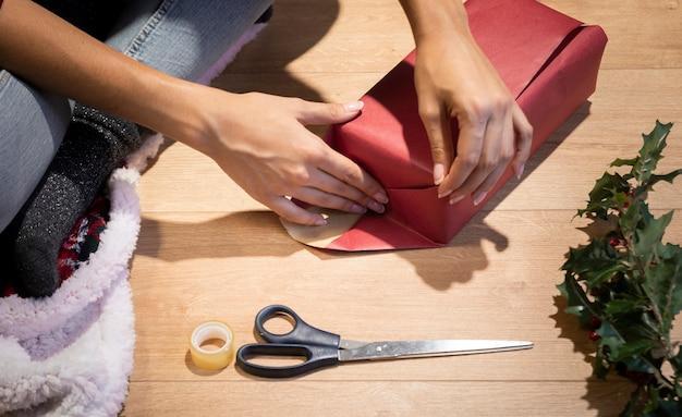 Wysoki kąt pakowania tradycji prezentów na boże narodzenie