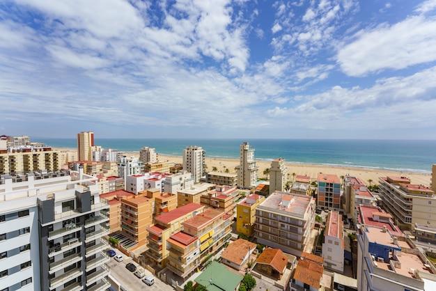 Wysoki kąt panoramiczny widok na plażę miejską na wybrzeżu morza śródziemnego w hiszpanii playa de gandia valencia spain