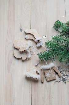 Wysoki kąt pionowy drewnianych ozdób i ozdób choinkowych na stole