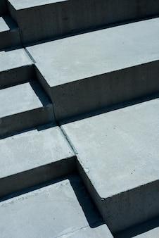 Wysoki kąt pionowy schodów w świetle słonecznym w ciągu dnia