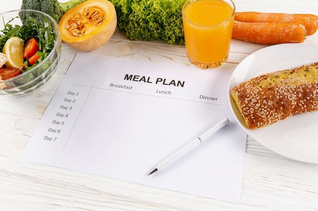 Wysoki kąt planu posiłków z sałatką i chlebem
