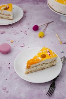 Wysoki kąt plasterek ciasta na talerzu