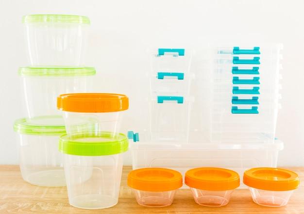 Wysoki kąt plastikowych pojemników na żywność