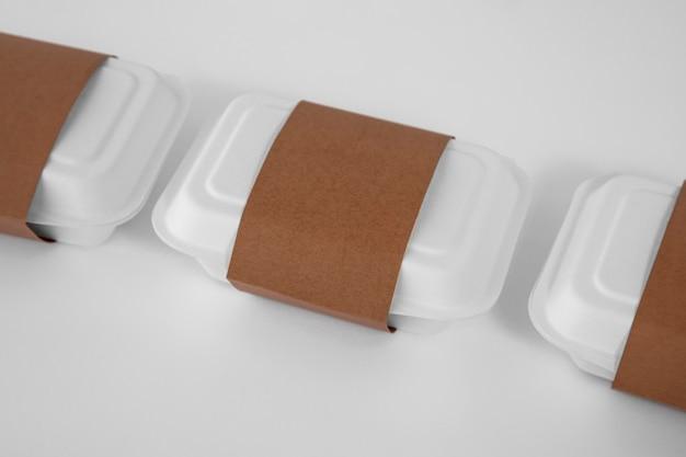 Wysoki kąt plastikowych pudełek do pakowania żywności