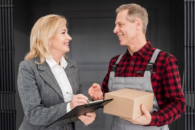 Wysoki kąt podpisania kobiety do dostawy