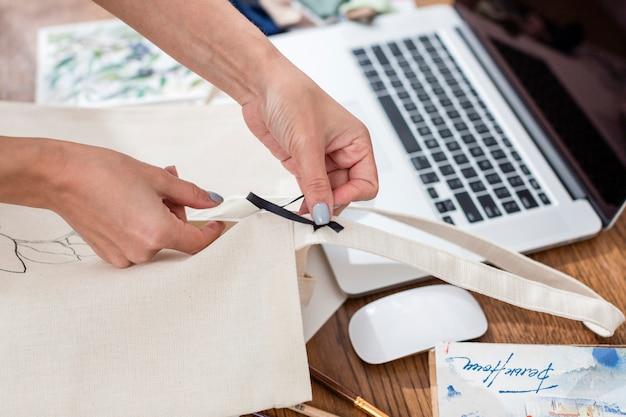 Wysoki kąt pracy kobiety na torbie