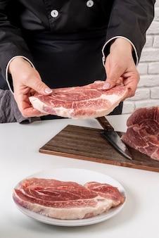 Wysoki kąt pracy szefa kuchni z mięsem