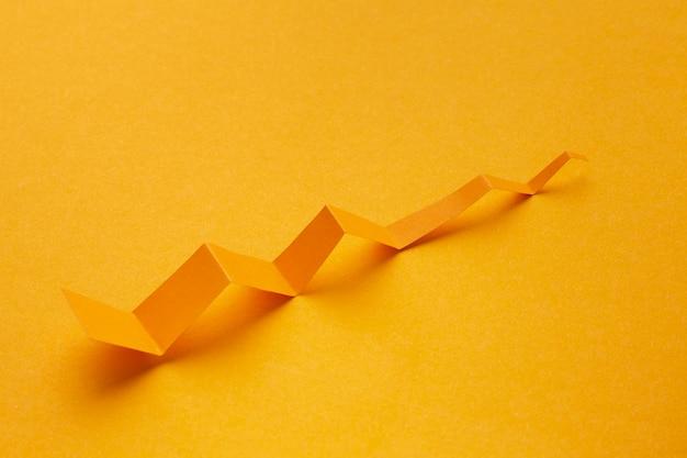 Wysoki kąt prezentacji statystyk wykresu ze strzałką papierową