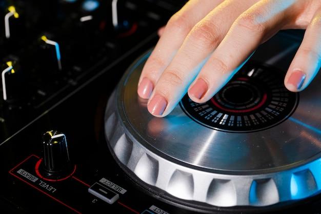 Wysoki kąt profesjonalnego sprzętu dj z bliska
