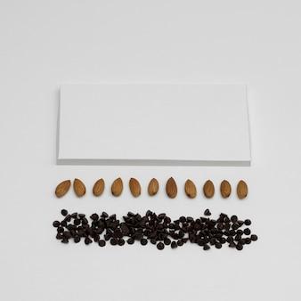 Wysoki kąt pustego opakowania tabliczki czekolady z orzechami i kawałkami czekolady