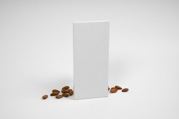 Wysoki kąt pustego opakowania tabliczki czekolady z orzechami i miejscem na kopię