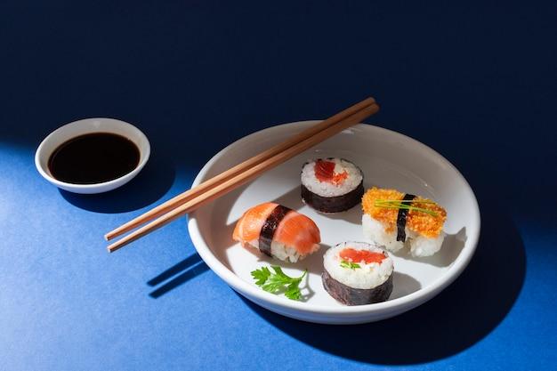 Wysoki kąt pyszne sushi rolki na talerzu