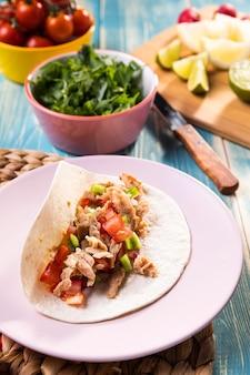 Wysoki kąt pyszne taco z mięsem