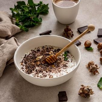 Wysoki kąt pysznego jogurtu z czekoladą