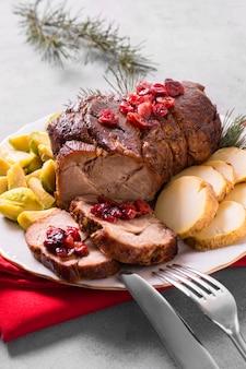 Wysoki kąt pysznego steku świątecznego z warzywami