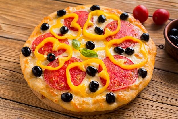 Wysoki kąt pysznej pizzy na drewnianym stole