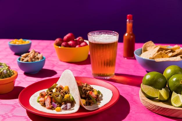 Wysoki kąt pyszny posiłek z tacos