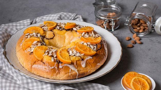Wysoki kąt pyszny tort na dzień objawienia z plastrami pomarańczy
